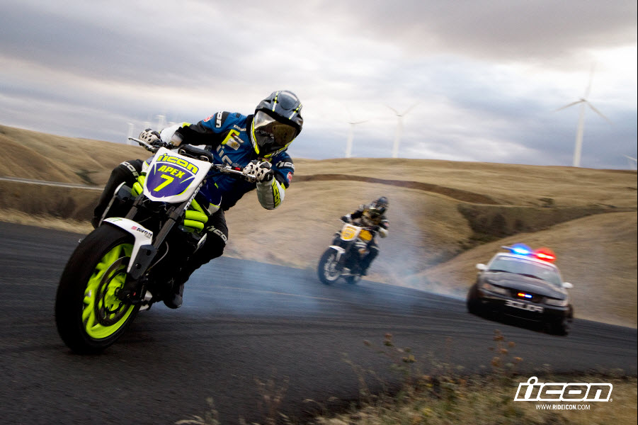 Triumph Speed Triple vs Ford Mustang Cobra (Video)