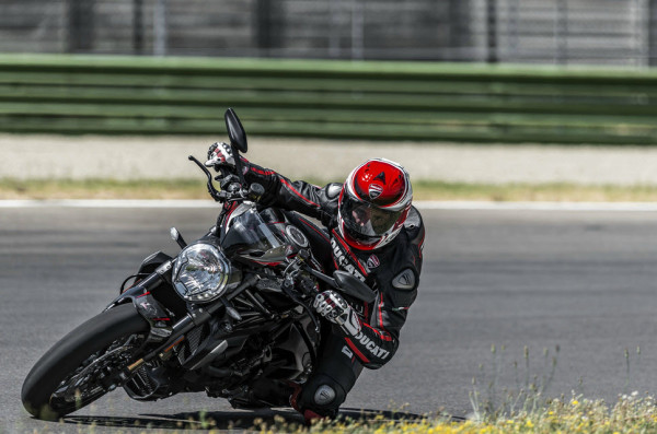 2016 Ducati Monster 1200R in Action_11
